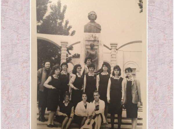 elevi de la colegiul national mihai eminescu la statuia lui eminescu comemorare 100