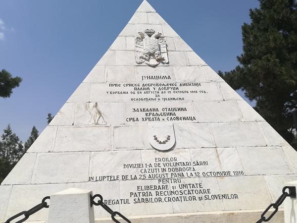 piramida-alba-medgidia-text-monumentul-eroilor-sarbi