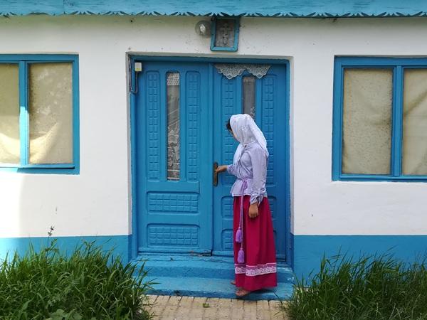 fata-in-port-traditional-in-curtea-bisericii-din-ghindaresti