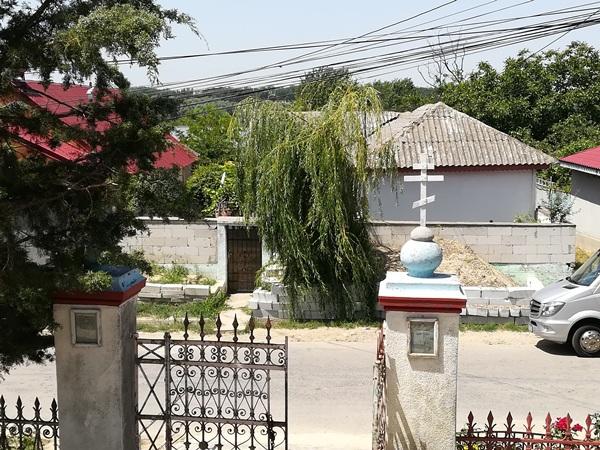 poarta-bisericii-vedere-din-interior-ghindaresti